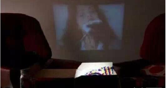 小伙伴们知道怎么在家DIY电影投影仪吗,看教程