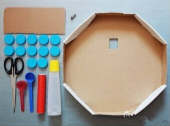 用瓶盖儿和孩子一起做一个玩具挂钟