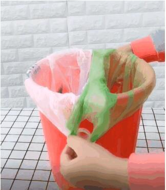 用两个不同颜色的塑料袋做区分,先把一个垃圾袋放入桶内后,将两个提手分别勾在风干好的瓶盖上